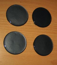 Set van 4 zwarte naafdoppen met zwart carbonlook siliconen embleem, buitenmaat 60 mm en klemmaat 55 mm