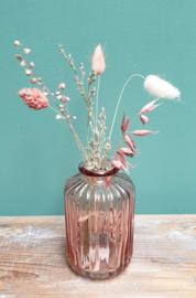 Roze vaasje met droogbloemen