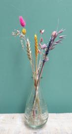 Glazen ovaal vaasje met droogbloemen