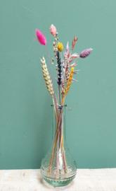 Glazen bolvaasje met droogbloemen