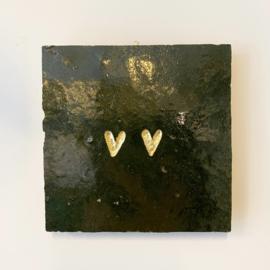 Tegeltje tegeltje aan de wand - 2 hartjes goud op mosgroen