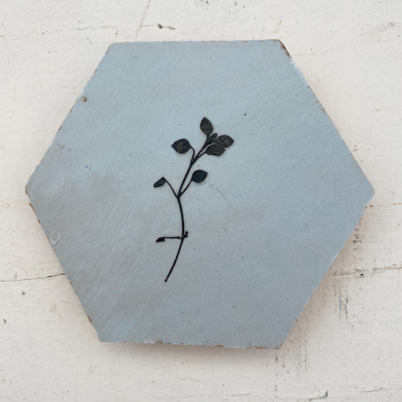 Tegeltje tegeltje aan de wand - bloem zwart op pastel blauw