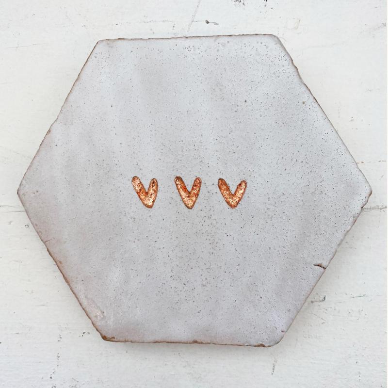 Tegeltje tegeltje aan de wand - 3 hartjes koper op grote hexagon wit