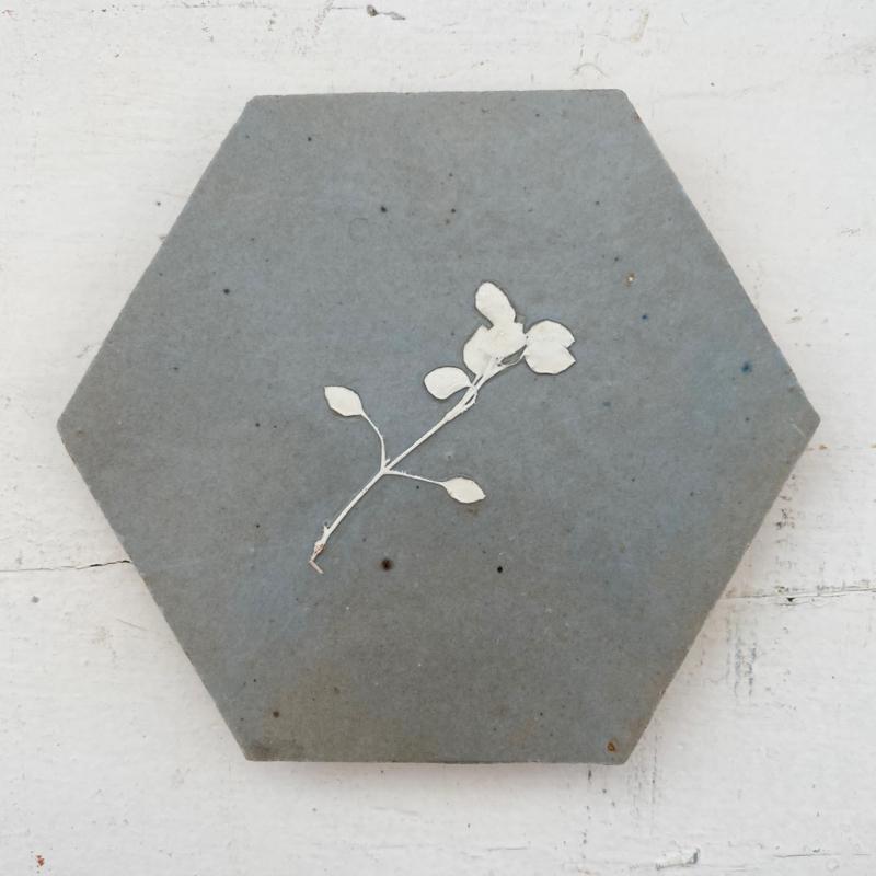 Tegeltje tegeltje aan de wand - bloem wit  op grijs/blauw