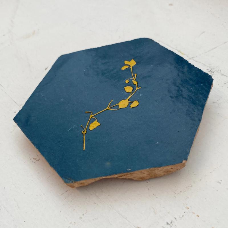 Tegeltje tegeltje aan de wand - bloem okergeel op diepblauw