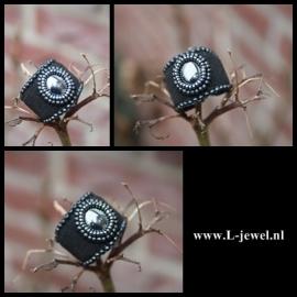 Beadwork ring met hematiet cabochon