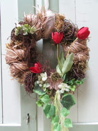 Krans  van hooi/stro met tulpjes 30 cm
