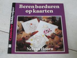 DOEboekje, beren borduren op kaarten