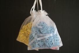 Satijnen zakje gevuld met 6 kleine rieten hartjes blauw