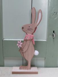 Haas van hout met roze sjaaltje 30 cm