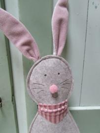 Haas Freddy van stof,  bruin/grijs  met roze 50 cm