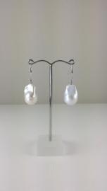 Oorbellen van Barok parels aan zilveren oorhanger