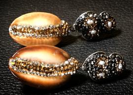 Zoetwater parel oorbellen met schelpen Bright  Golden Shell Cowrie
