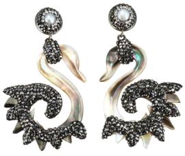 Zoetwater parel oorbellen met parelmoer Bright Shell Swan