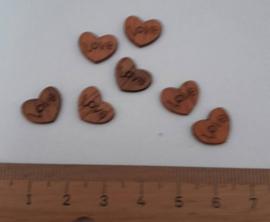 hartjes hout met de tekst Love. 7 stuks in 1 zakje te koop voor 0.20 euro.