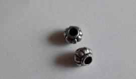 Metallook kraal,  lampion klein, bewerkt met groot gat ca 0,7 cm