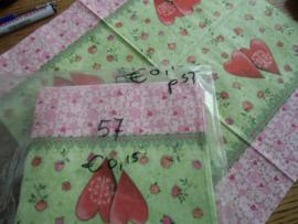 Servet 57- Hartjes in groen met roze.