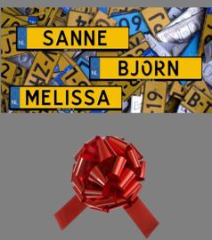 Gratis cadeaustrik en kentekensticker op naam van uw kind bij aankoop van een accuvoertuig