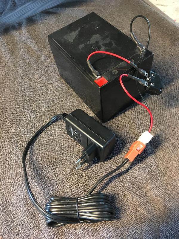 Oplader 12V met speciale stekker met zekering en laadkabel