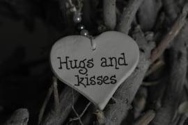Teksthartje 'Hugs and Kisses'