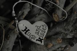 Teksthartje ongelijk ' Hugs and Kisses '