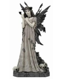 Gothic engel fee met roos staand op doodskoppen - 30 cm hoog