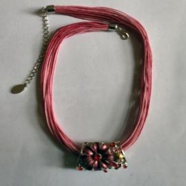 Roze buisvormige hanger aan roze koord