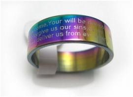 Regenboogkleurige stalen ring met Pater Noster gebed (Engels)