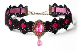 Zwarte gothic kanten vampieren choker met roze strass steen en roze lint