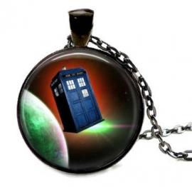 Glazen hanger met ketting Dr Who Tardis met planeet