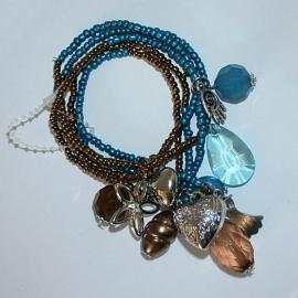 Turquoise en bruine kralenarmband met bedels