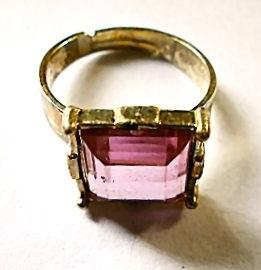 Ring goudkleurige roze steen