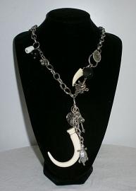 Zilverkleurige ketting witte horen en bedeltjes