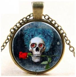 Glazen hanger met ketting doodskop met blauwe haren en roos