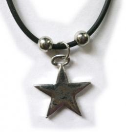 Zilveren sterretje aan zwart rubberen koord