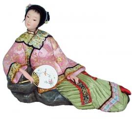 Chinese pop dame met waaier zittend op rots 22 cm hoog