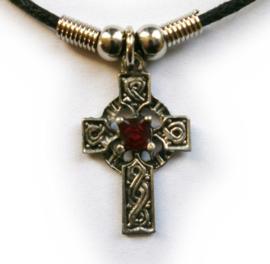 Ketting Keltisch Kruis met rood steen - 3 cm hoog