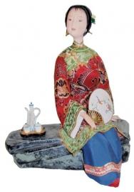 Chinese pop dame thee drinkend op rots 23 cm hoog