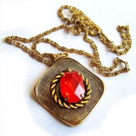 Ketting met vierkante hanger en rode strass steen