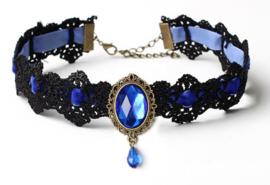 Zwarte gothic kanten vampieren choker met blauw strass steen en blauw lint