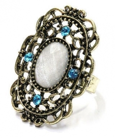 Goudkleurige filigree ring met wit steen