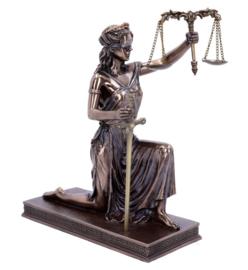 Vrouwe Justitia - bronskleurig - knielend - 25 cm hoog