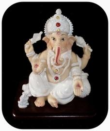 Ganesha wit op vierkant plaat 14 cm hoog