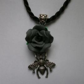 Zilveren bij met zwarte roos