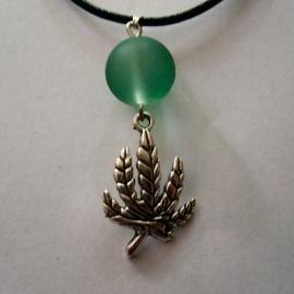 Wietblad met groene glazen kraal