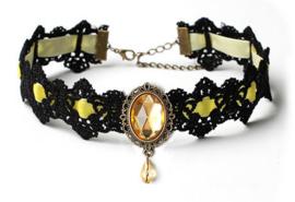 Zwarte gothic kanten vampieren choker met geel strass steen en geel lint