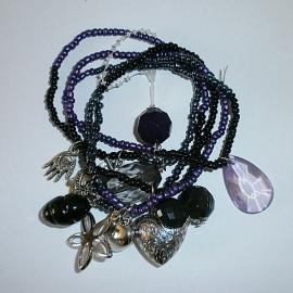 Paars en zwarte kralenarmband met bedels