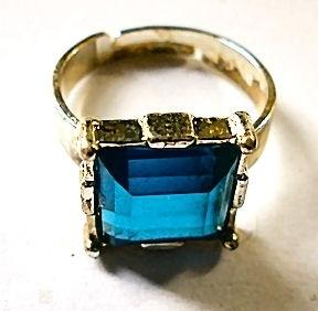 Ring goudkleurige blauwe steen