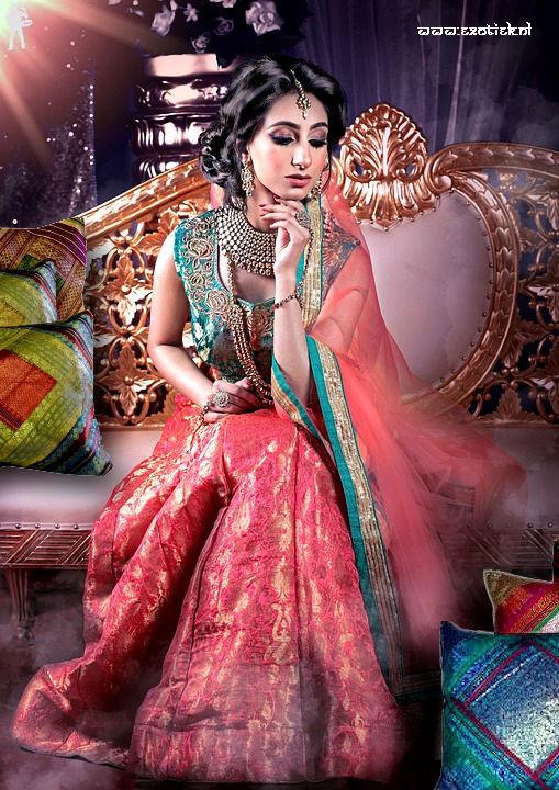 Indiase prinses met sarizijde kussenhoezen.jpg