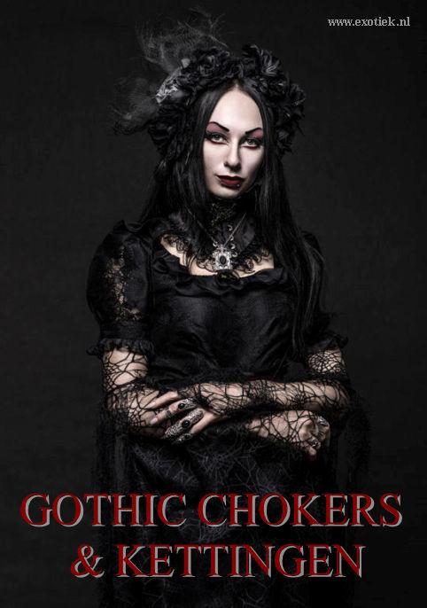 Zwartgeklede Gothic meisje met veel kant en sieraden.jpg
